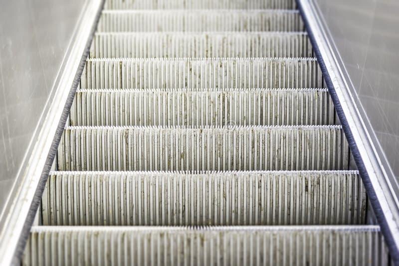Тяжело - используемые и, который носимые лестницы эскалатора стоковая фотография