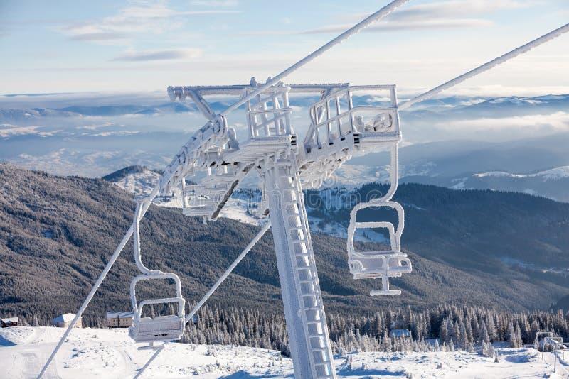Тяжело, который замерли подвесной подъемник на лыжном курорте Dragobrat стоковое фото rf