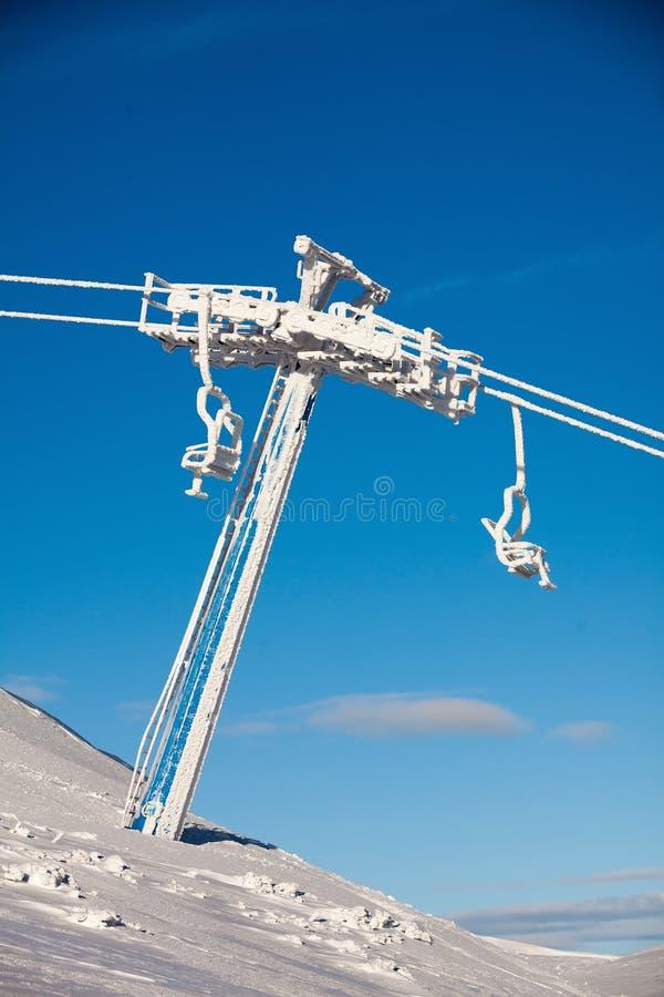 Тяжело, который замерли подвесной подъемник на лыжном курорте Dragobrat, Украине стоковое фото rf