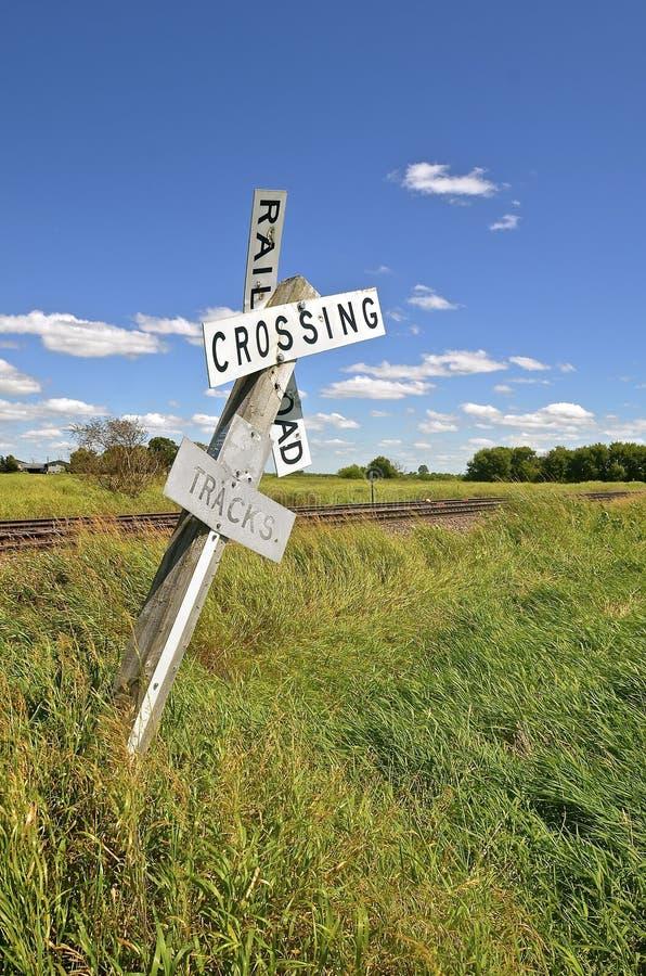Тяжело полагаясь железнодорожный переезд знака стоковое изображение