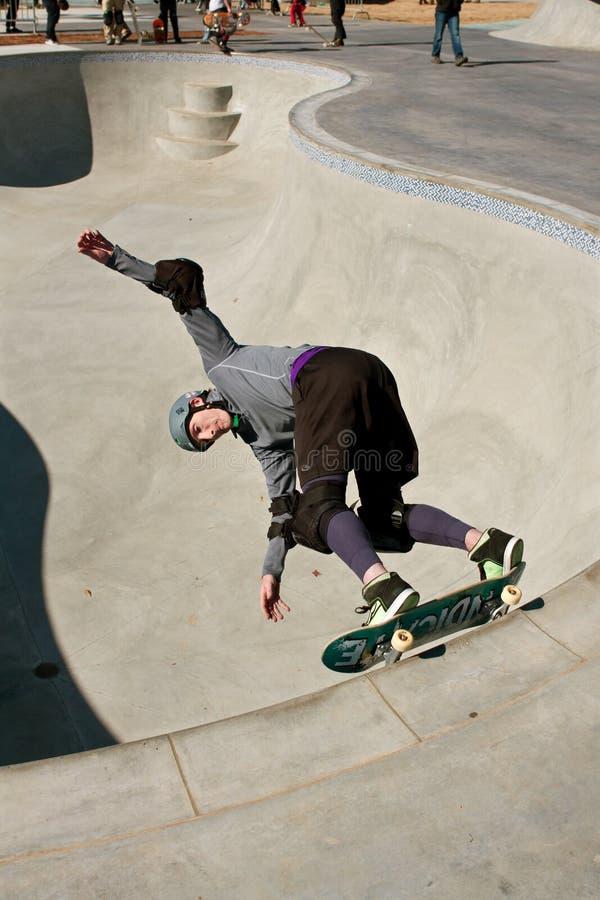 Тяжело проложенный скейтбордист катается на коньках большой шар стоковое изображение