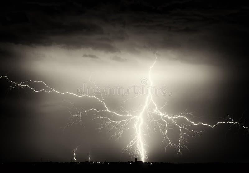 Тяжелые облака, гром, молнии и дождь во время шторма над городом стоковые изображения
