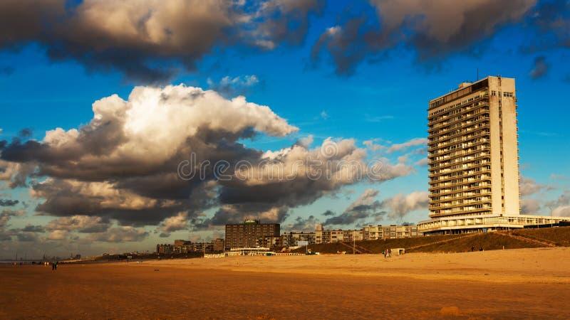 Тяжелые облака и голубое небо стоковое изображение