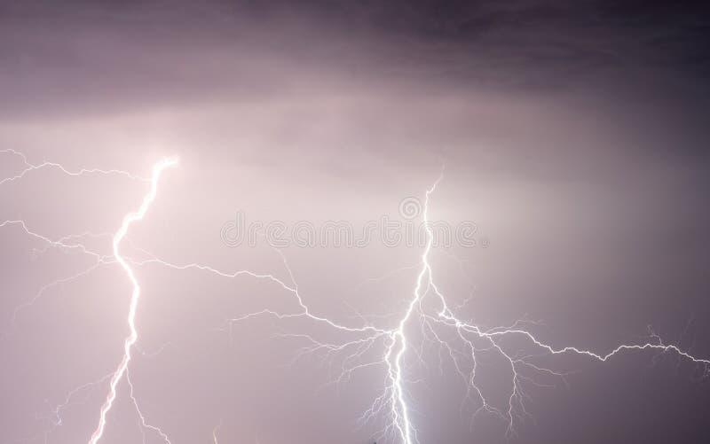 Тяжелые облака принося молнии и шторм грома стоковая фотография