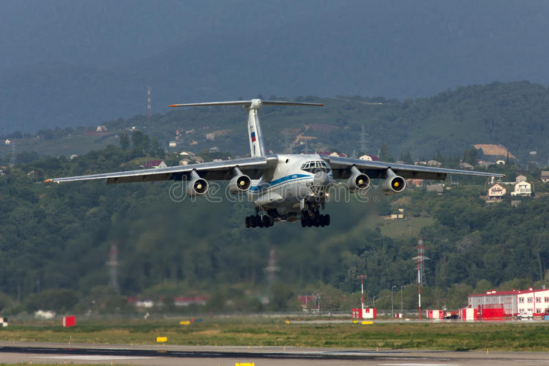 Тяжелый транспортный самолет принимает  стоковое изображение