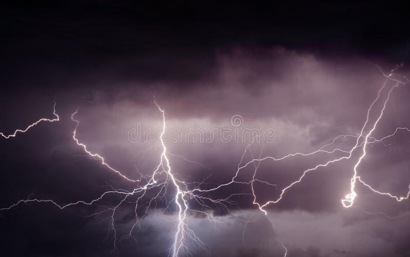 Тяжелый шторм лета принося гром, молнии и дождь стоковые фото