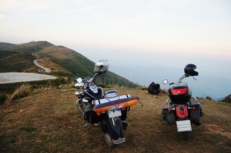 Тяпка мотоцикла на горе в Kanchanaburi Таиланде стоковое изображение