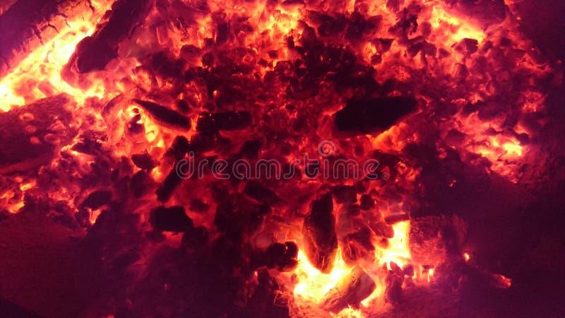 Тлеющие угли накаляя красный стоковые фото