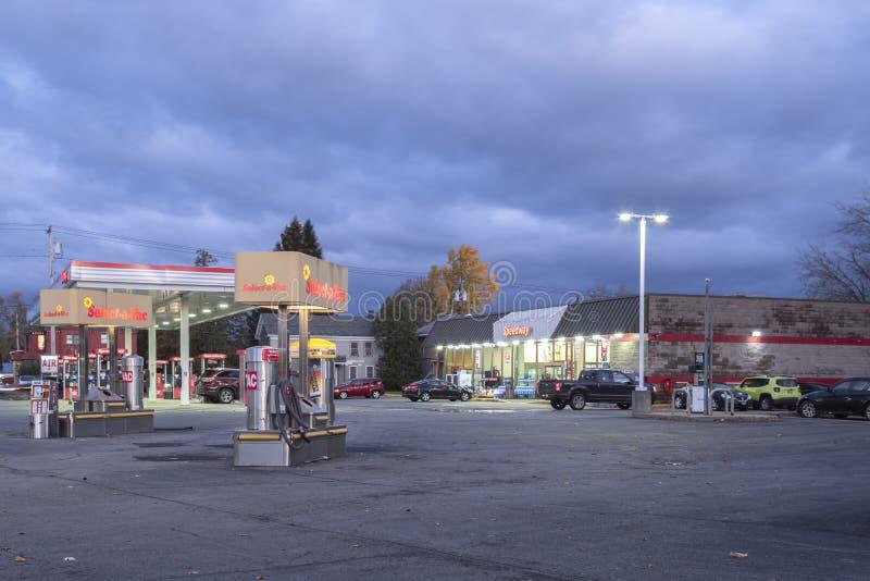 Уайтсборо, Нью-Йорк, 01 ноября 2019 г.: Ночной обзор самоочистки Select-a-Vac на Газовой станции Foreground и Speedway стоковые изображения rf
