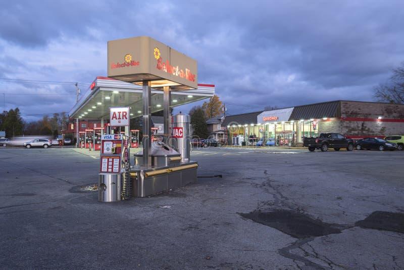 Уайтсборо, Нью-Йорк, 01 ноября 2019 г.: Ночной обзор самоочистки Select-a-Vac на Газовой станции Foreground и Speedway стоковые фото