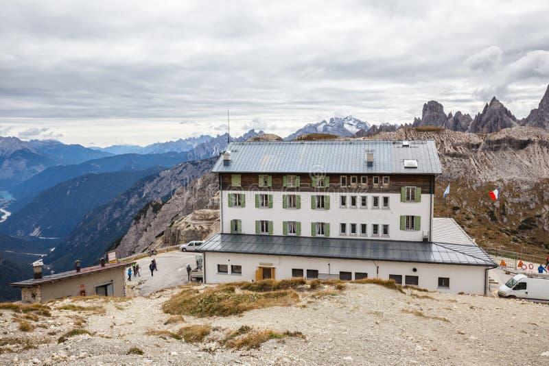 Убежище Auronzo и Cadini di Misurina выстраивают в ряд, доломит Альпы стоковые изображения rf