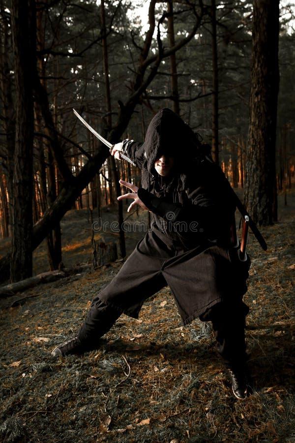 Убийца в глубоком лесе стоковое изображение rf
