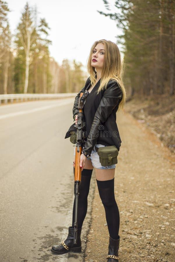 Download Убийца девушки ждать его жертву на дороге Стоковое Фото - изображение насчитывающей убийство, babushka: 81809022