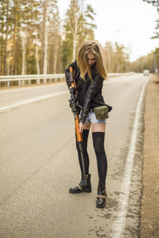 Download Убийца девушки ждать его жертву на дороге Стоковое Фото - изображение насчитывающей пуща, ноча: 81809052