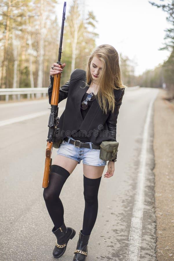 Download Убийца девушки ждать его жертву на дороге Стоковое Фото - изображение насчитывающей пушка, убийца: 81809160
