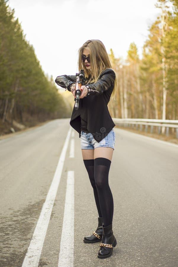 Download Убийца девушки ждать его жертву на дороге Стоковое Фото - изображение насчитывающей pussy, опасно: 81809472