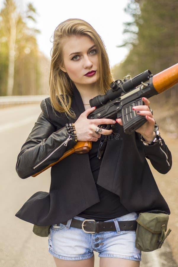 Download Убийца девушки ждать его жертву на дороге Стоковое Фото - изображение насчитывающей длиной, ambulatory: 81809500
