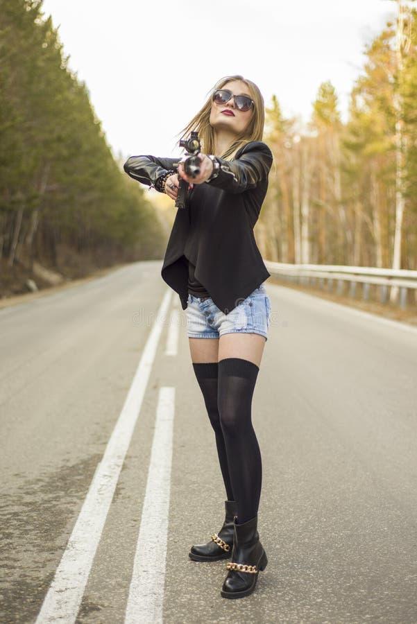Download Убийца девушки ждать его жертву на дороге Стоковое Фото - изображение насчитывающей красивейшее, привлекательностей: 81809558