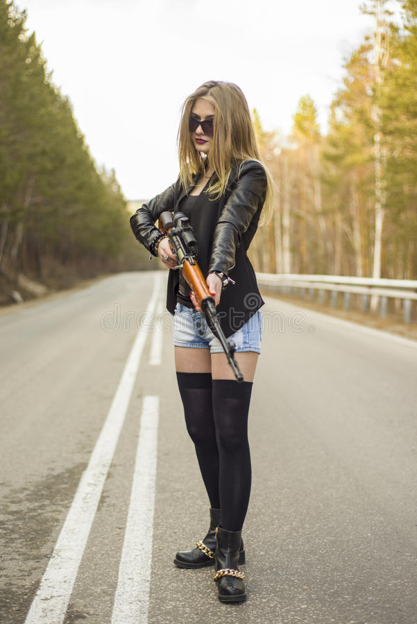 Download Убийца девушки ждать его жертву на дороге Стоковое Фото - изображение насчитывающей пуща, assam: 81809606