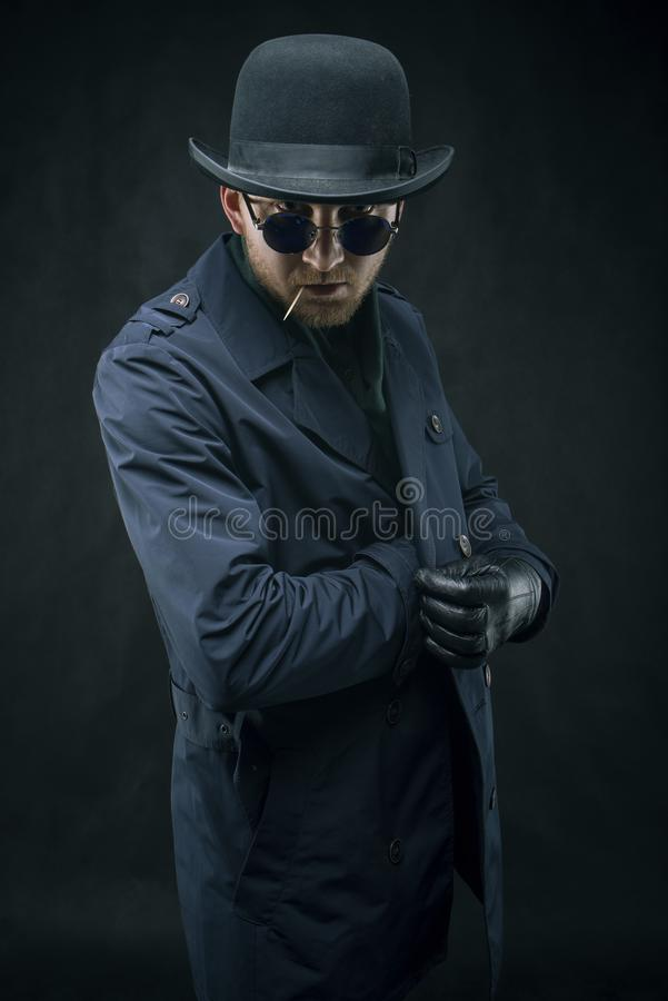 Убийца с перчатками принимает вне его оружие стоковое изображение rf