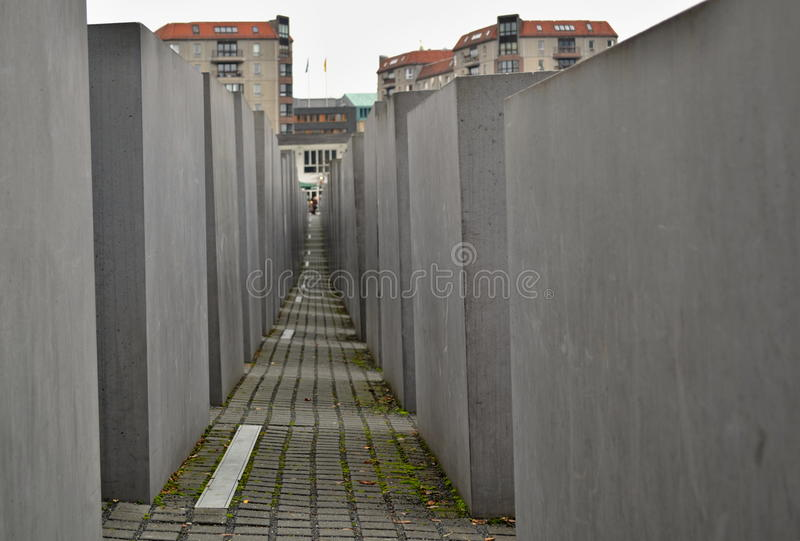 Download Убитые евреи мемориальные в Берлине - узкий путь между бетонными плитами Редакционное Стоковое Изображение - изображение насчитывающей скульптура, город: 81804529