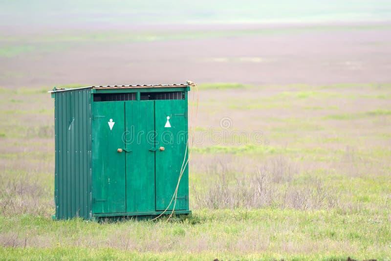 Уборная во дворе в сельской местности лета стоковое фото rf
