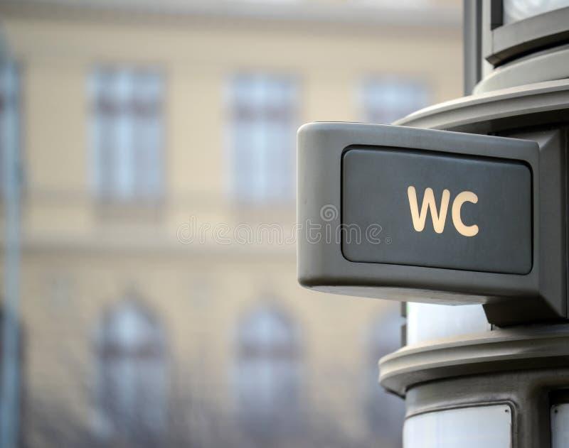 Уборная WC подписывает внутри город стоковая фотография