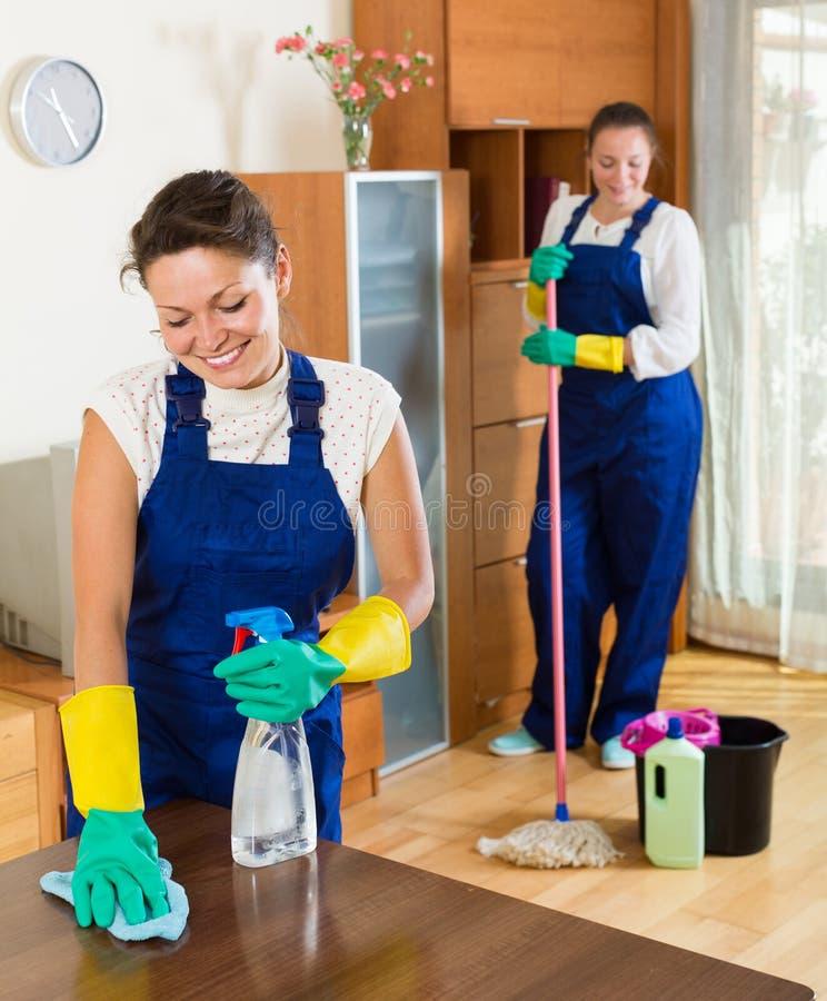 Уборщики очищая в комнате стоковые фотографии rf