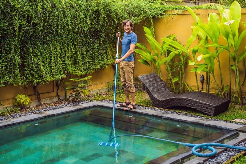 Уборщик бассейна r r стоковая фотография