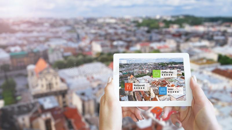 Увеличенная концепция маркетинга реальности Планшет удерживания руки использует применение AR стоковые фото
