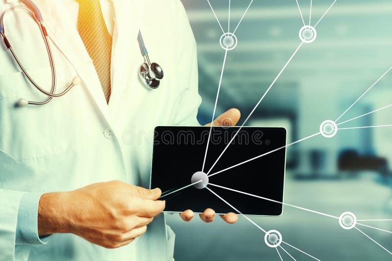 Увеличенная реальность в здравоохранение и медицине Доктор Используя Цифров Планшет в консультации c пациентом иллюстрация штока