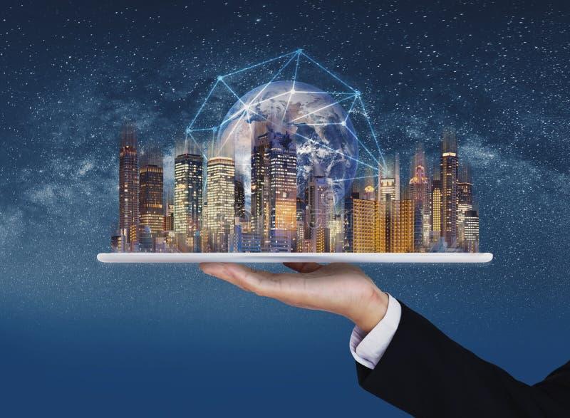 Увеличенная реальность, умная технология, умное дело города, недвижимости и blockchain Элемент этого изображения поставлен NASA стоковое изображение