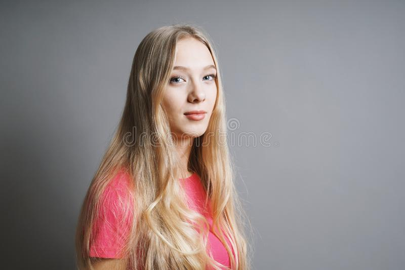 Уверенная довольная молодая подростковая женщина стоковое изображение
