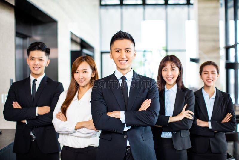 Уверенная команда дела стоит в офисе стоковые изображения rf