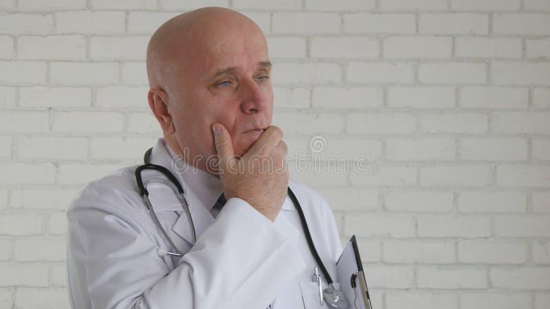Уверенного побеспокоенного Thinking доктора Отображать Listening Тревожить стоковые фото