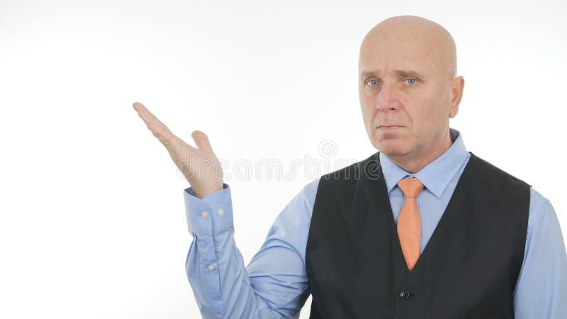 Уверенное изображение бизнесмена представляя мнимой вещи с жесты рукой стоковые фотографии rf