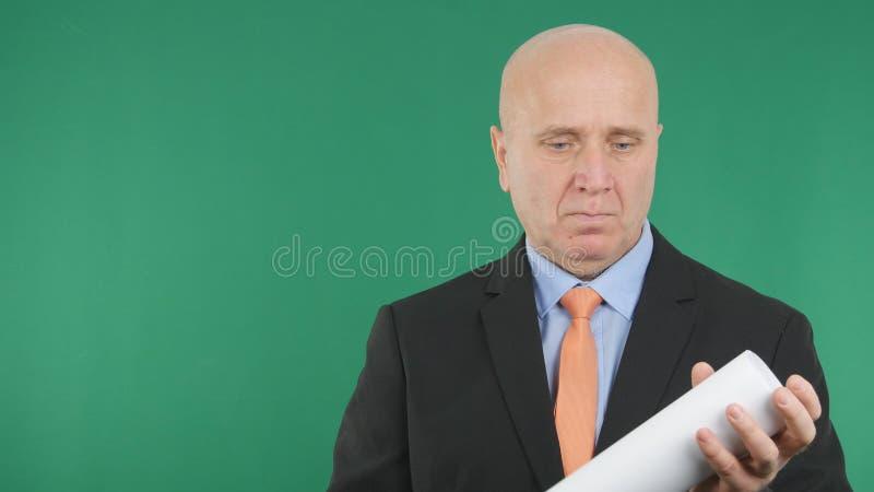 Уверенное изображение менеджера с проектами в руке стоковая фотография rf