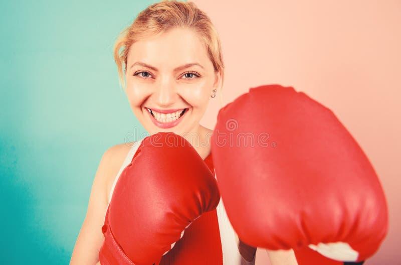 Уверенность в своем боксе бокс улучшает самочувствие и волю Сконцентрировано на ударе Женские боксерские перчатки фокусируются на стоковые фотографии rf
