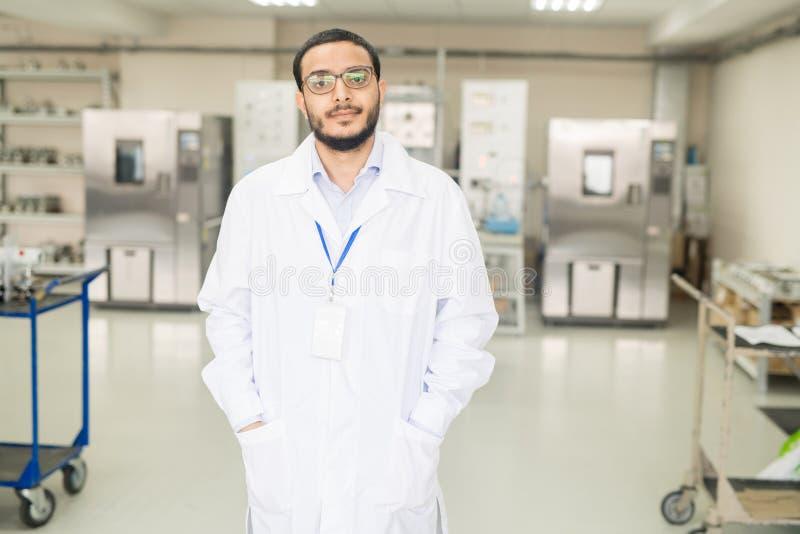 Уверенно аравийский инженер работая в новаторском заводе стоковые изображения