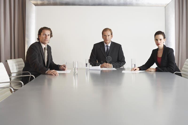 Уверенно бизнесмены в конференц-зале стоковые изображения rf