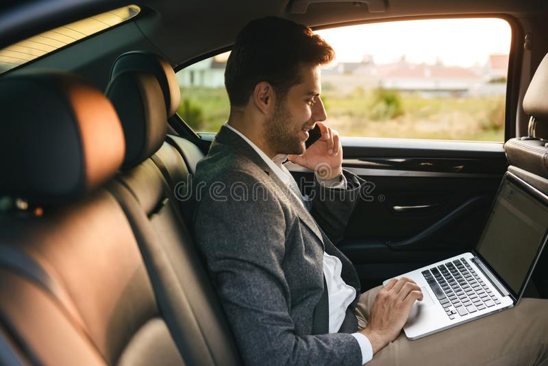 Уверенно бизнесмен говоря на мобильном телефоне стоковая фотография
