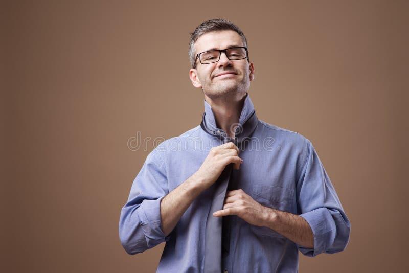 Уверенно бизнесмен получая готовый стоковое изображение