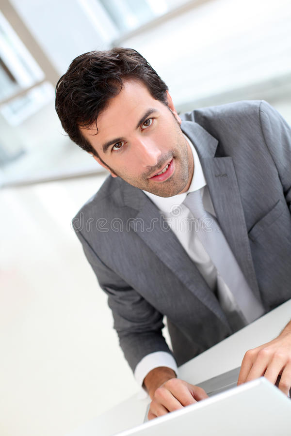 Уверенно бизнесмен сидя на офисе стоковые фото