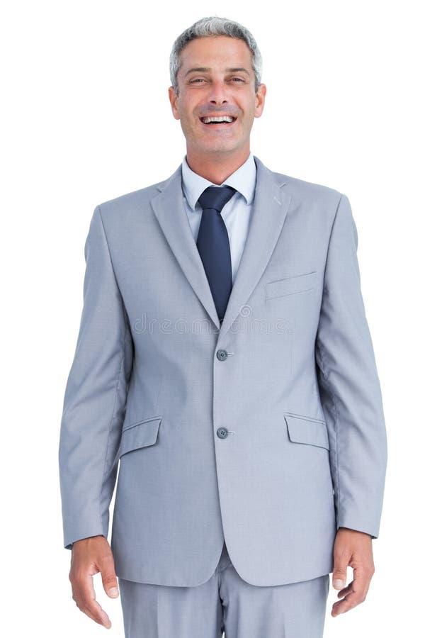 Уверенно бизнесмен усмехаясь на камере стоковые изображения