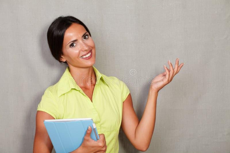 Уверенно взрослая женщина нося таблетку стоковое изображение rf