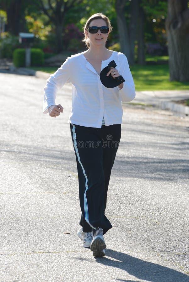 уверенно вниз приведите женщину в действие прогулок улицы стоковое фото rf