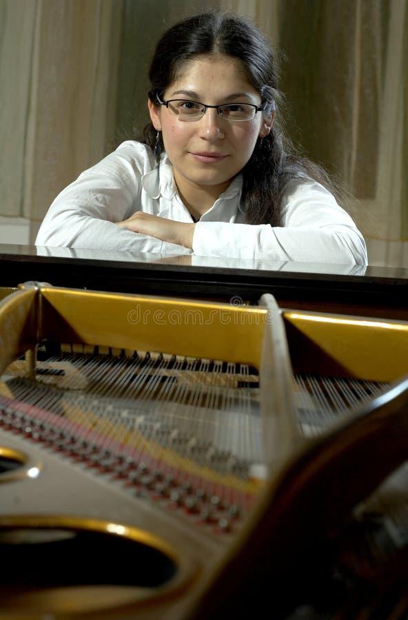 уверенно детеныши пианиста стоковые фото