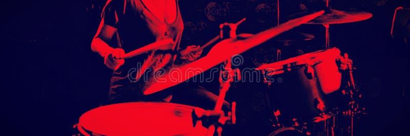 Уверенно женский барабанщик выполняя в ночном клубе стоковая фотография rf