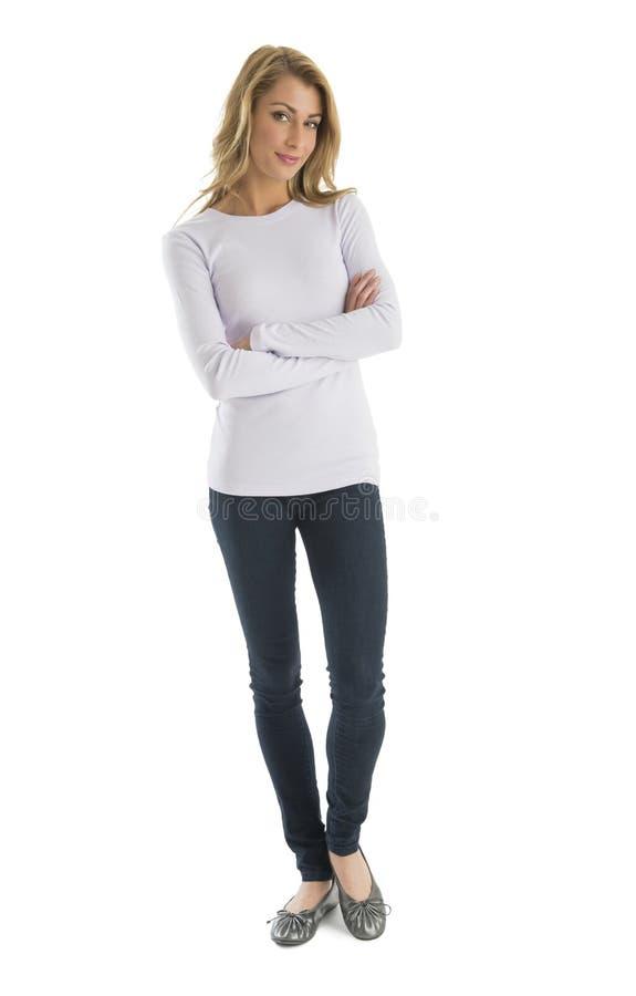 Уверенно женщина в вскользь стоящих пересеченных оружиях стоковые изображения