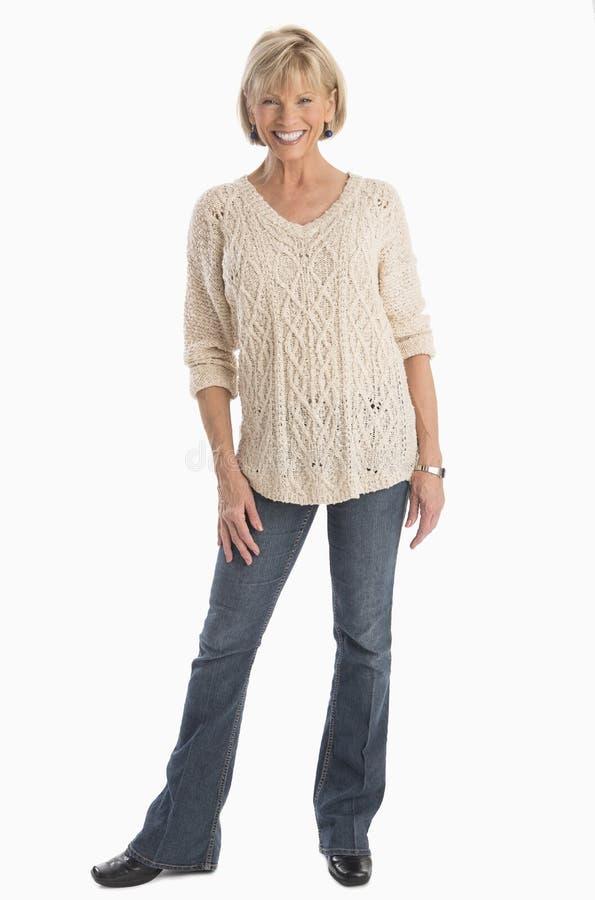 Уверенно женщина стоя над белой предпосылкой стоковые фото